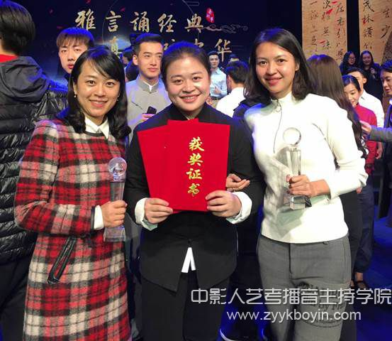 罗钰萱和指导教师李皙(右)、米斯茹(左).jpg