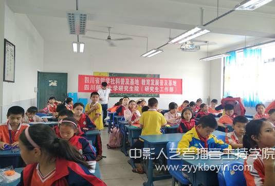 影视与传媒学院研究生志愿者开展科普宣传活动2.jpg