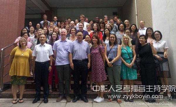 我校外国语学院师生与美国教师代表团全景留念.jpg