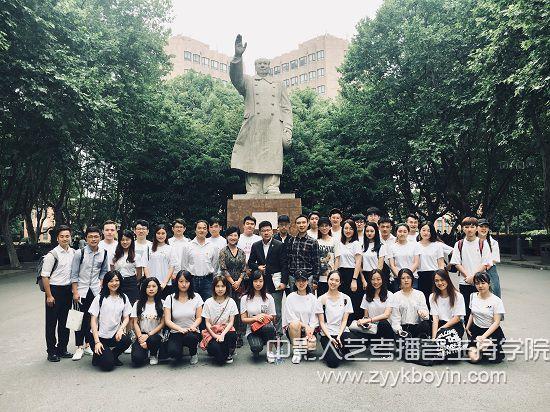 图为上海戏剧学院领导和师生合影.jpg