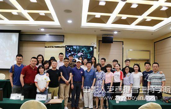 图为包磊老师与湖北广播电视总台领导及主持人代表合影.jpg