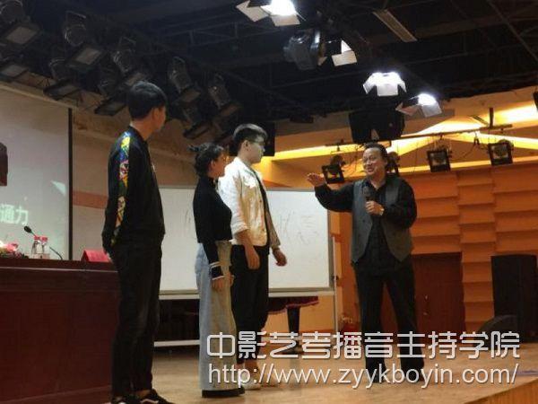 吴洪林教授在报告会上指导播音主持系学生表演进行现场指导.jpg
