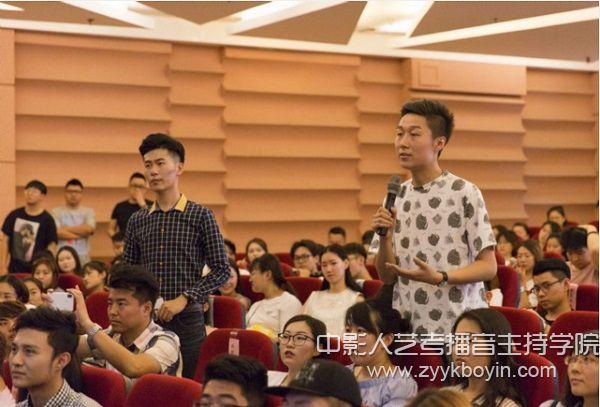 朱迅与青年学生交流互动.jpg