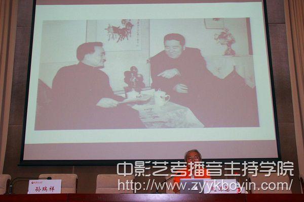 赵教授用老照片还原我院的历史.jpg